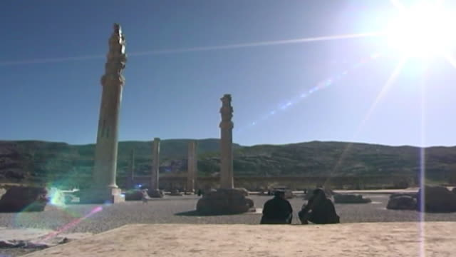 vidéos et rushes de persepolis. view with sun-flare of ancient columns in ruins of the achaemenid city of persepolis. the city dates to 515 bce and is a unesco site. - unesco