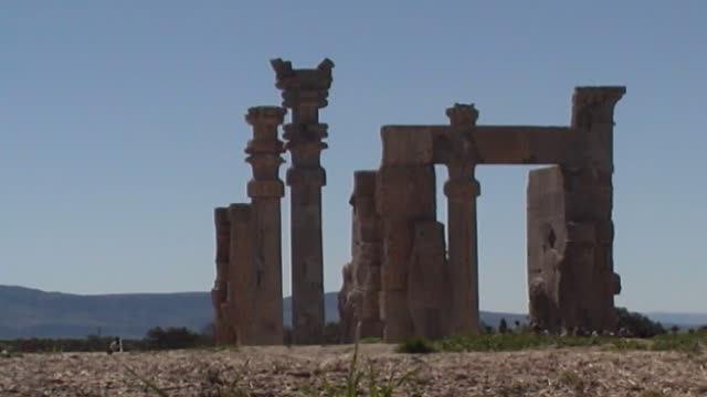 persepolis wide view of the gate of all nations in the ruins of the ancient city of persepolis - persepoli video stock e b–roll