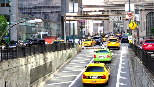pershing square bridge, grand central terminal, new york city - västerländsk text bildbanksvideor och videomaterial från bakom kulisserna