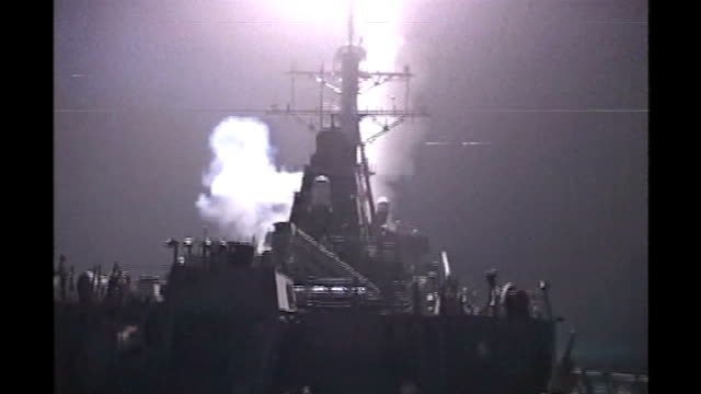 vídeos y material grabado en eventos de stock de persian gulf off iraq ext / night british warship firing cannons during the invastion of iraq day british warship along at sea as helicopter flies... - golfo pérsico