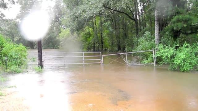 persiste la amenaza de mas inundaciones en los estados de luisiana y misisipi en estados unidos voiced represa danada por isaac on august 31 2012 in... - luisiana stock videos and b-roll footage