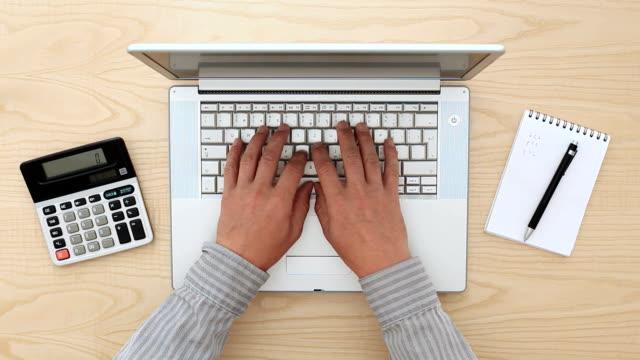 persona impegnato in ufficio - archivista video stock e b–roll