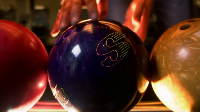a person choosing a bowling ball sweden. - ボウリング点の映像素材/bロール