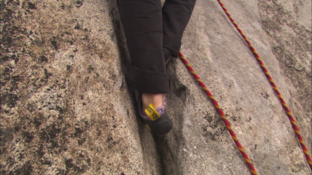 la, cu, tu, person climbing rock face, yosemite national park, california, usa - yosemite nationalpark stock-videos und b-roll-filmmaterial