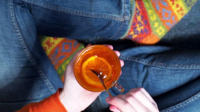 vídeos y material grabado en eventos de stock de persona tomando té con limón - taza de té