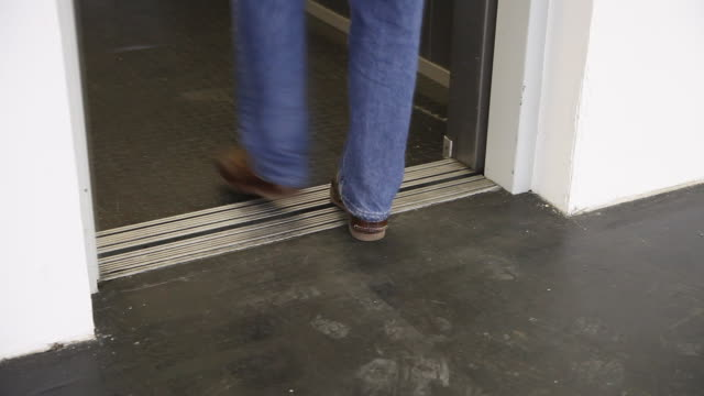vídeos y material grabado en eventos de stock de persona que ingresó al ascensor - pie humano