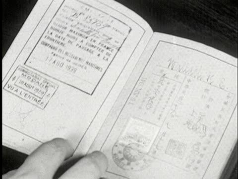 vidéos et rushes de cu, b/w, person flicking through passport pages, usa - réfugié