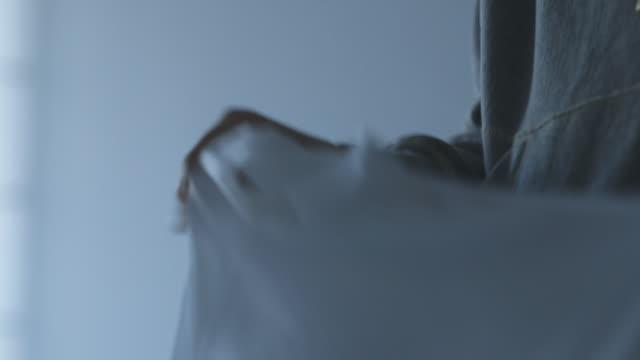 vídeos y material grabado en eventos de stock de person folding laundry, close up - hacer la colada