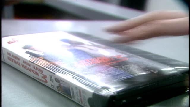 vidéos et rushes de person grabbing vhs tape - cassette vidéo