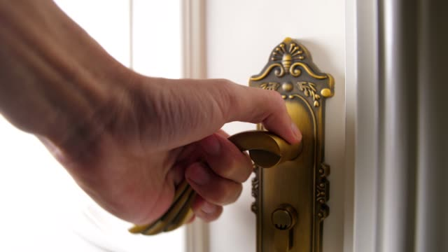 vídeos de stock e filmes b-roll de a person hand opening a door - porta