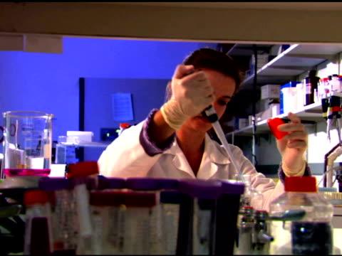 person in laboratory - einzelne frau über 30 stock-videos und b-roll-filmmaterial