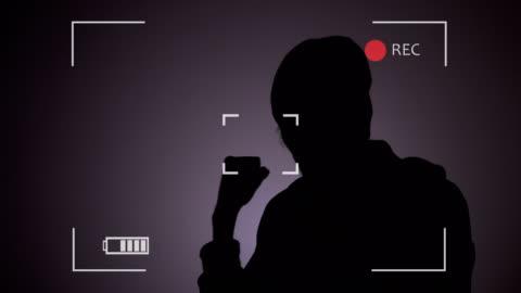 person i vittnesskyddsprogram under polis intervjun - oigenkänliga personer bildbanksvideor och videomaterial från bakom kulisserna