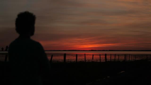 vídeos de stock, filmes e b-roll de pessoa para o pôr-do-sol - contraluz
