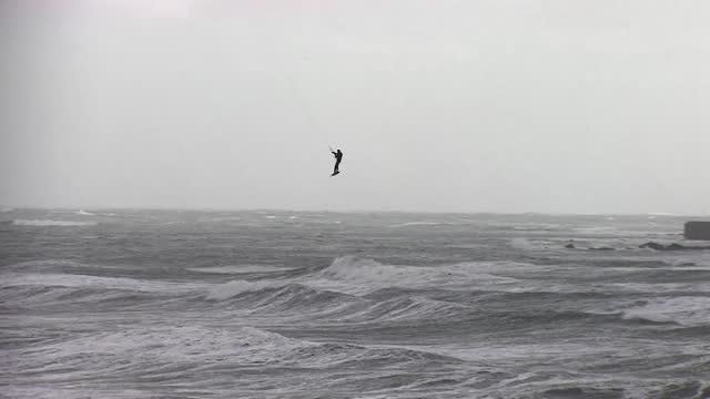 person kite surfing off coast of cornwall - ペンザンス点の映像素材/bロール