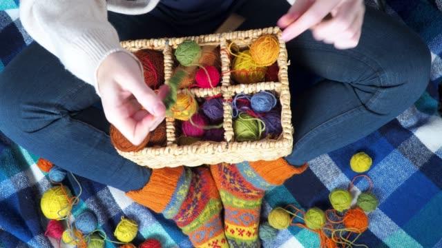 vídeos y material grabado en eventos de stock de persona que hace punto con bolas coloridas de lana - tejer