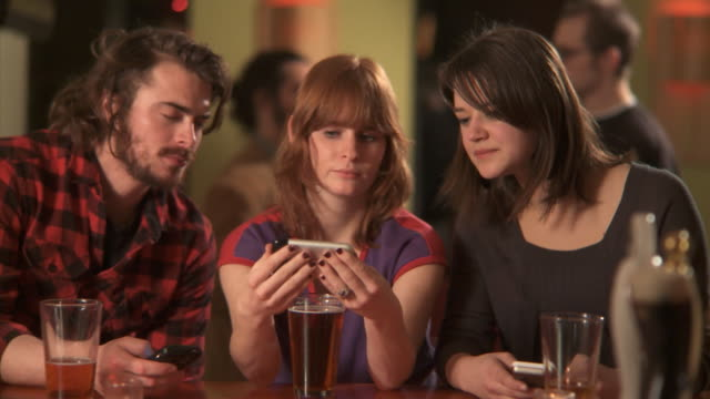 cu selective focus person ordering beer in bar, brooklyn, new york city, new york state, usa - maschio con gruppo di femmine video stock e b–roll
