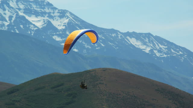 ws pan pov person paragliding over mountain / lehi, utah, usa. - lehi stock videos & royalty-free footage