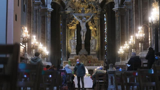 vidéos et rushes de person passes among the faithful to do the collection during all saints day mass in saint merry church on november 1, 2020 in paris, france. as part... - christianisme