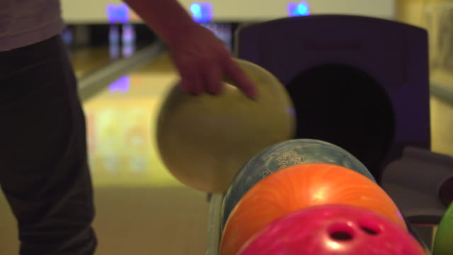 vídeos de stock, filmes e b-roll de uma pessoa pegando bola de boliche para jogar - sapato de boliche