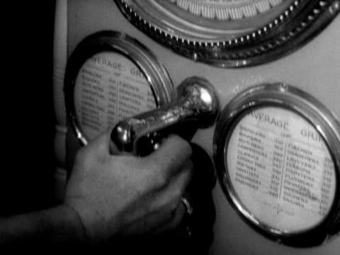 person plays on a grip test machine in the amusement arcade on brighton's palace pier. - ブライトン パレスピア点の映像素材/bロール