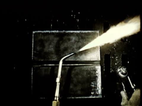 vídeos y material grabado en eventos de stock de 1965 montage cu ha person preparing welding torch in workshop / usa / audio - forma de barra