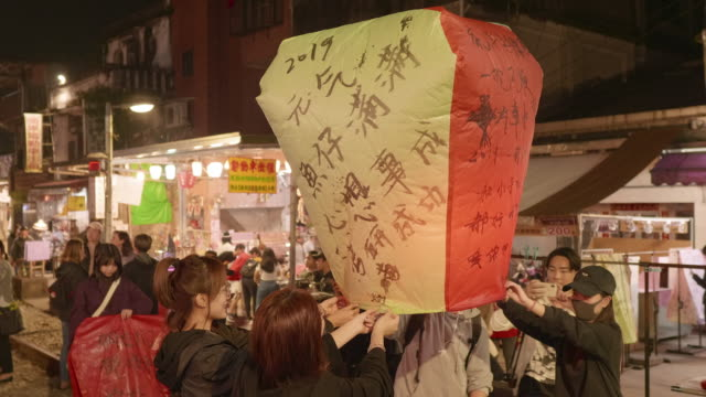 ms person releasing sky lantern during festival - chinesisches laternenfest stock-videos und b-roll-filmmaterial