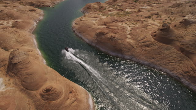 person riding jet boat in desert lake / lake powell, arizona, united states - lago powell video stock e b–roll