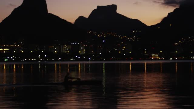 vídeos de stock e filmes b-roll de person rowing on shoreline of rio de janeiro during sunset - 2013