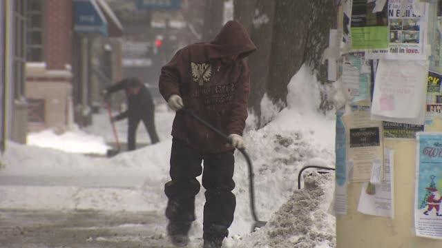 vídeos de stock e filmes b-roll de person shoveling snow on january 02, 2014 in chicago, illinois - pá para neve
