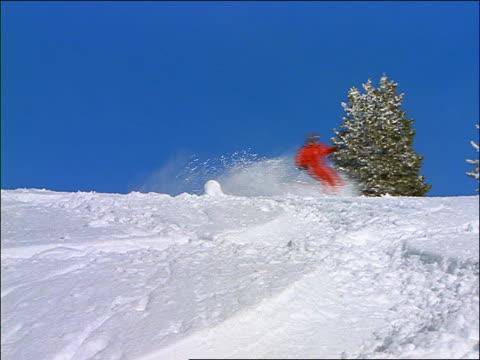 person skiing quickly towards camera + wiping out - falla av bildbanksvideor och videomaterial från bakom kulisserna