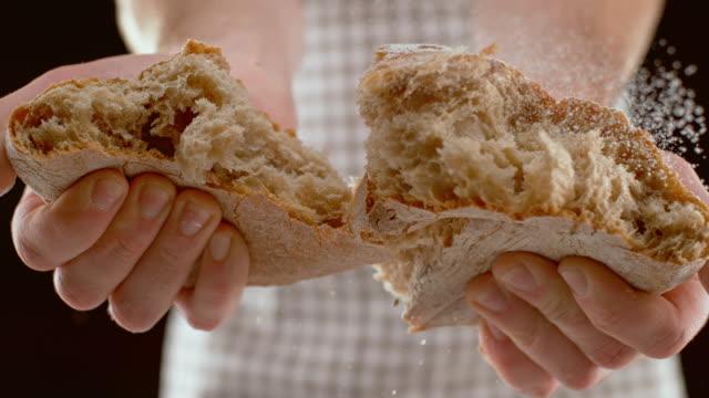自家製パンを引き裂くslo mo ld人 - 一斤点の映像素材/bロール