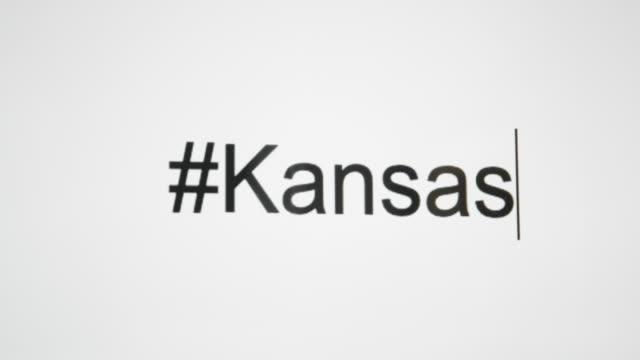 """vidéos et rushes de un type de personne """"#kansas"""" sur leur écran d'ordinateur, puis suit avec l'abréviation de l'état - engagement des clients"""