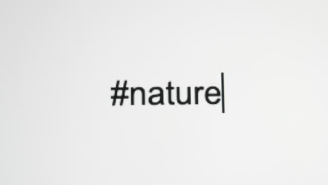 """vidéos et rushes de un type de personne """"#nature"""" sur leur écran d'ordinateur - engagement des clients"""