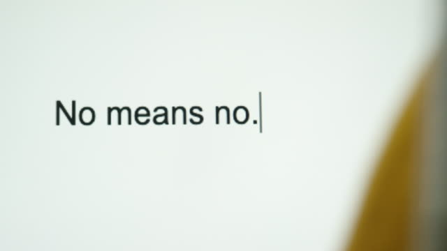 """vídeos de stock, filmes e b-roll de um tipo de pessoa """"não significa não"""" em sua tela de computador - proibido"""