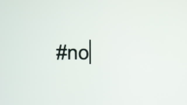 """a person types """"#no"""" on their computer screen - segnale video stock e b–roll"""
