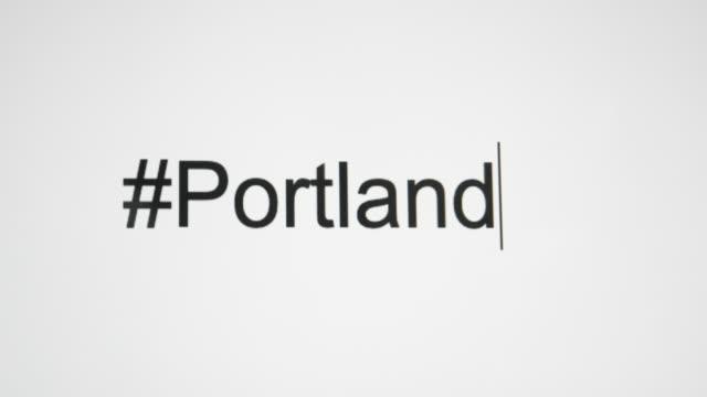 """vidéos et rushes de un type de personne """"#portland"""" sur leur écran d'ordinateur - engagement des clients"""