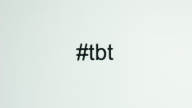 """コンピュータ画面で """"#tbt"""" (先祖返り木曜) をタイプする人 - バイラルビデオ点の映像素材/bロール"""