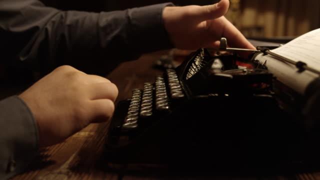 stockvideo's en b-roll-footage met ds persoon te typen op de oude schrijfmachine - auteur