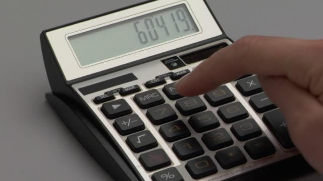 stockvideo's en b-roll-footage met cu, pan, person using calculator, close-up of hand - onbekend geslacht