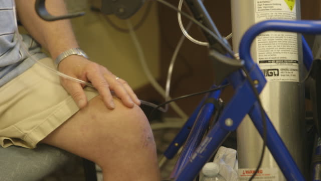 stockvideo's en b-roll-footage met person using oxygen tank, montage - duikfles