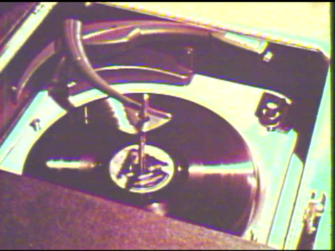 stockvideo's en b-roll-footage met person using record player - draaitafel