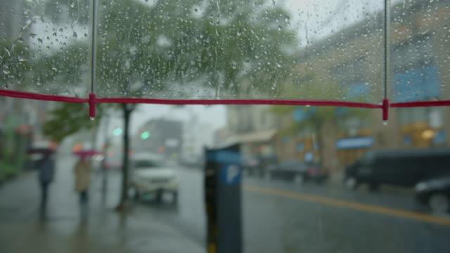 pov person zu fuß in regen regenschirm bürgersteig tag - regenschirm stock-videos und b-roll-filmmaterial