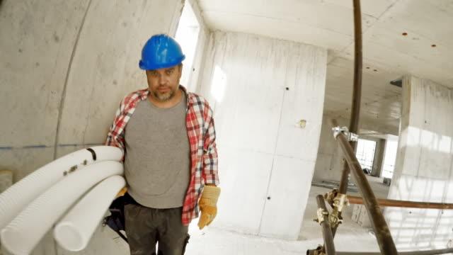 POV Person zu Fuß die Gerüst Schritte und das Erreichen der zweiten Etage des Gebäudes