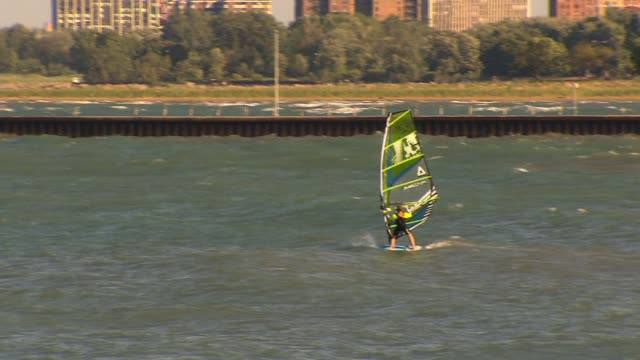 wgn person windsurfing on lake michigan on june 20 2013 in chicago illinois - seeufer stock-videos und b-roll-filmmaterial