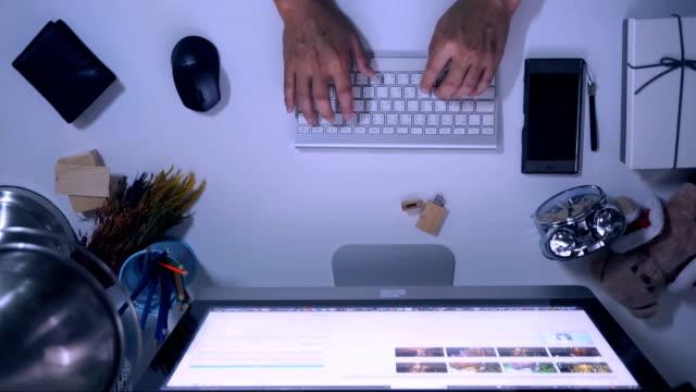 vidéos et rushes de personne qui travaille sur l'ordinateur. vue de dessus du clavier et les mains. - modèle réduit