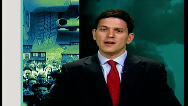 vidéos et rushes de personal carbon trading system suggested by miliband london david miliband mp interview sot as individuals we emit about 4 tonnes of carbon every... - répandre