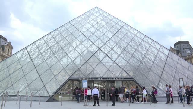 personal del louvre en paris rindieron homenaje este viernes al arquitecto estadounidense de origen chino ieoh ming pei autor de la celebre piramide... - arquitecto stock videos & royalty-free footage