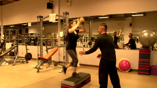 stockvideo's en b-roll-footage met personal fitness trainer & client working out - cardiovasculaire training