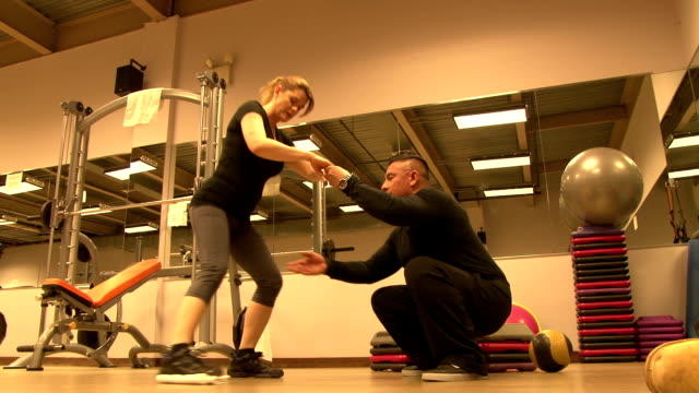 personal fitness trainer & client working out - coda di cavallo video stock e b–roll