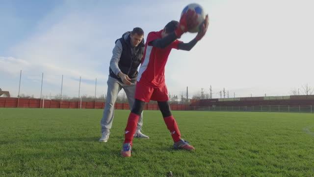 vídeos y material grabado en eventos de stock de entrenador personal portero - 12 13 años